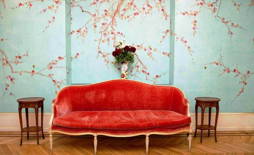 Floral wallpaper design in blue wall