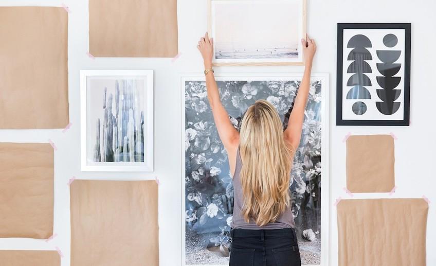 Как прикрепить рисунки на стену без ущерба для обоев