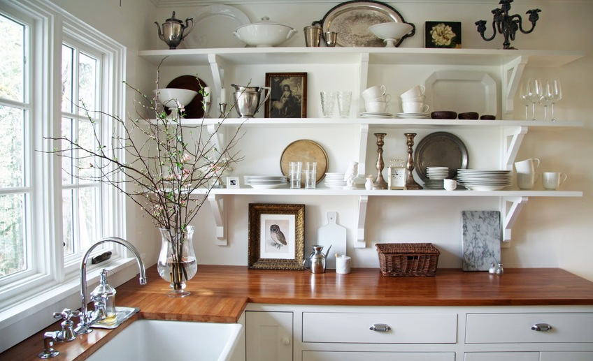 Как оформить открытые полки на кухне