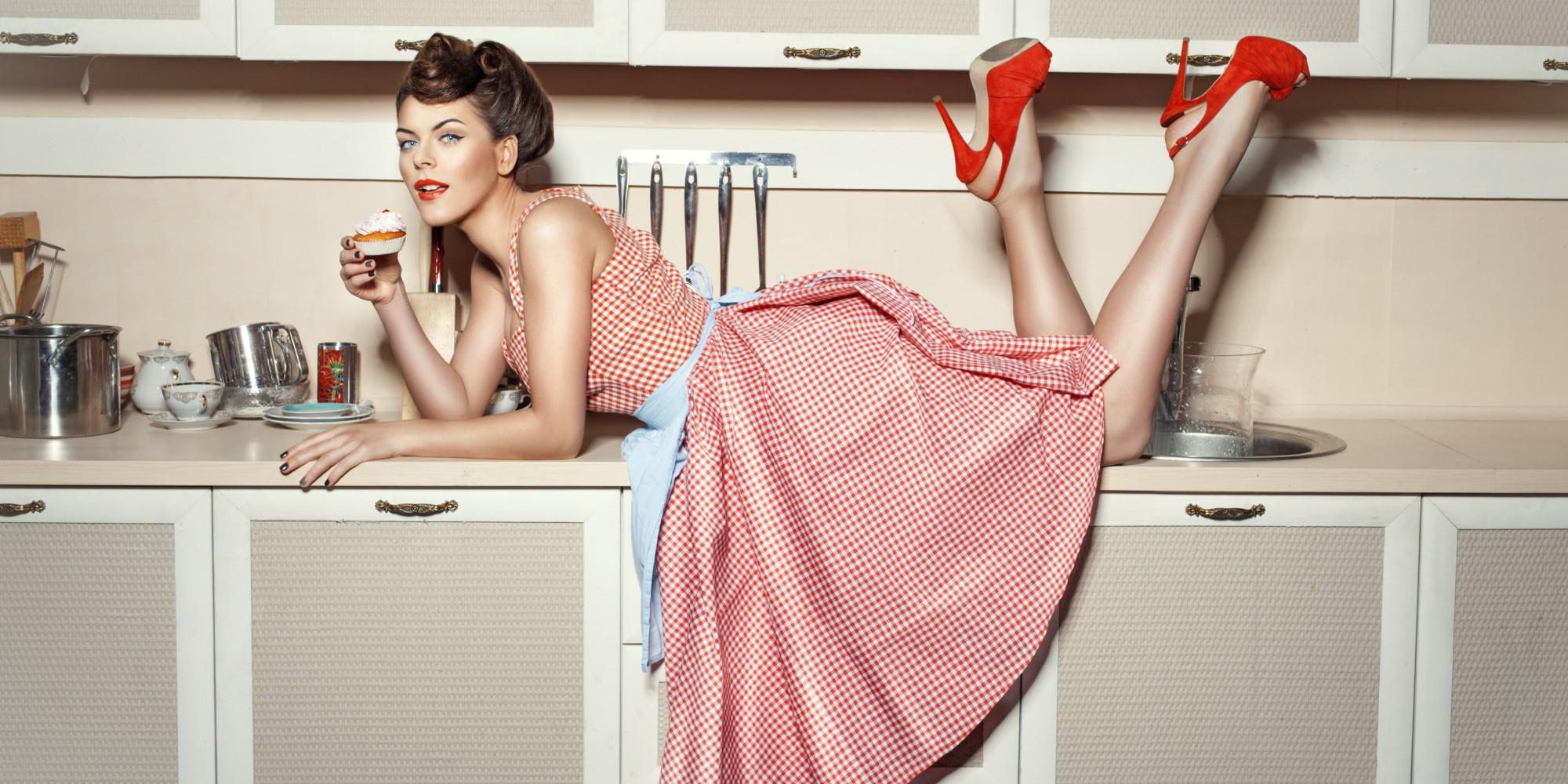 Найти фото девушек на кухне