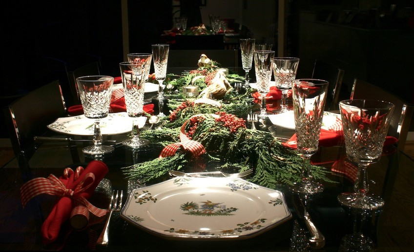 Usual 00innovative christmas dining room table ideas on dining room with nice table decoration idea for christmas with red grapevine and red photo
