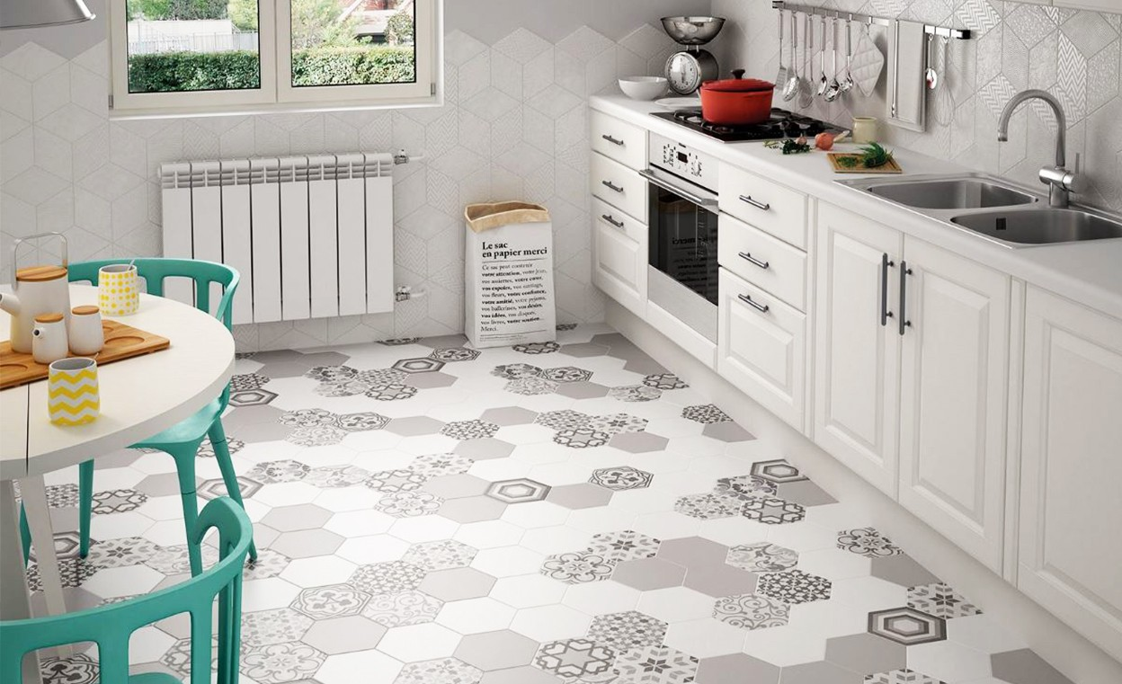 Напольная плитка в интерьере кухни фото