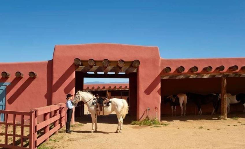 Item0.rendition.slideshowwidehorizontal.jane fonda new mexico ranch 01 jane fonda horse stables