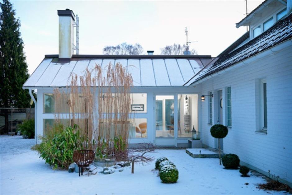 яркий дом на побережье Швеции