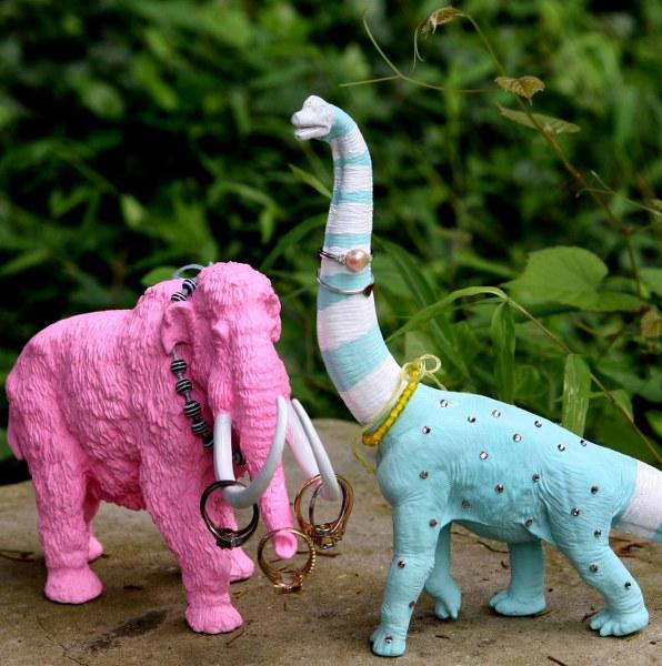 Американский блоггер Эшли описала отличный мастер-класс, в котором она  превращает обычные детские игрушки в стильные держатели для украшений. 22db231b186