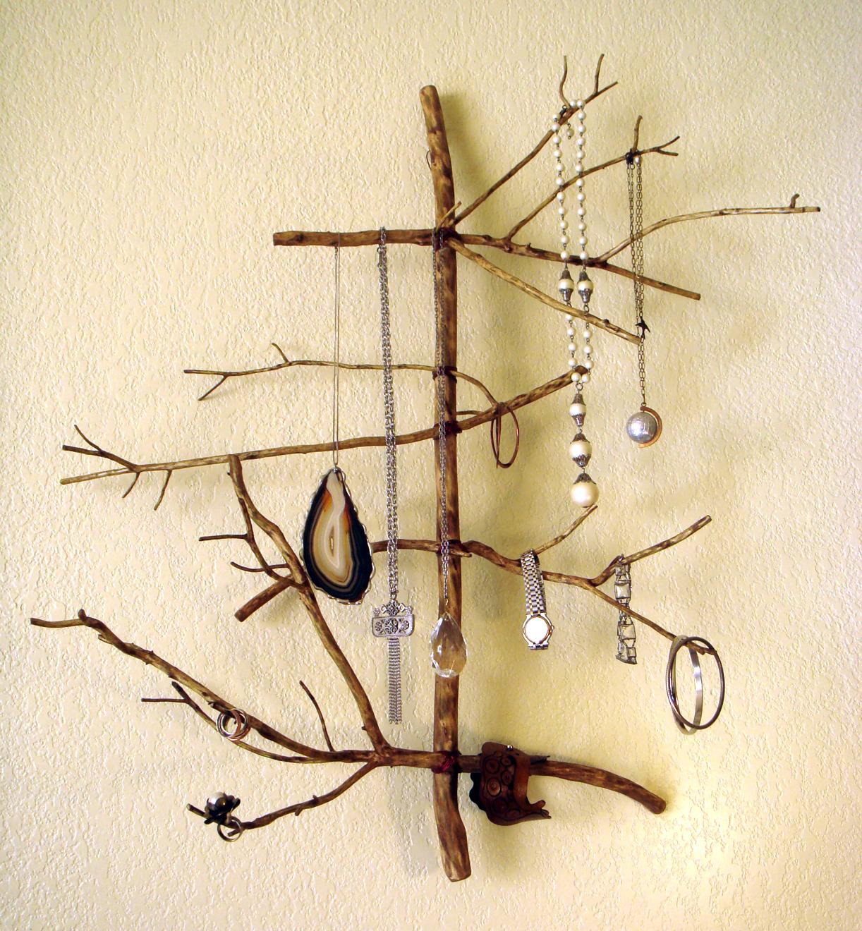 То, что ветки очень удобны для хранения украшений, знали давно. В последние  годы на прилавках магазинов немало держателей в форме деревьев, а у  большинства ... b0fa5800697