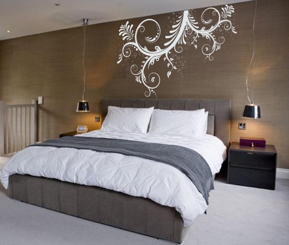 Стена над кроватью в спальне оформление и декор примеры