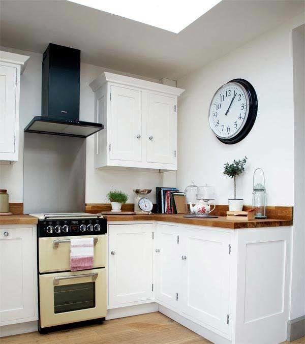 Наручные часы дополняют образ, а настенные часы на кухню станут великолепным декором, который не просто украсит пустующую стену, но и подчеркнет стильность интерьера, а в некоторых композициях будет настоящей изюминкой обстановки.