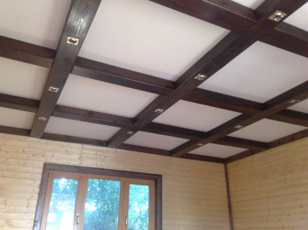Потолок из гипсокартона с подсветкой  в деревянном доме