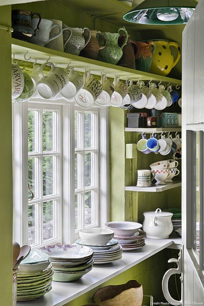129Интерьер кухни с посудой