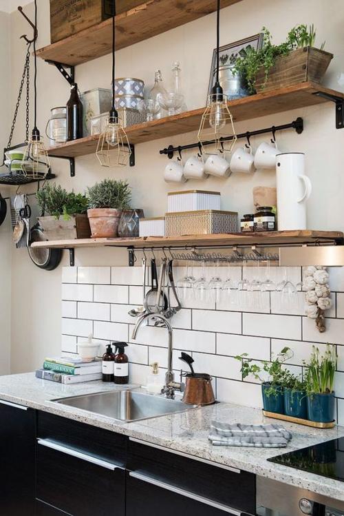 маленькая кухня без стеллажей с полками