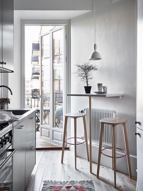 маленькая кухня с панорамным окном