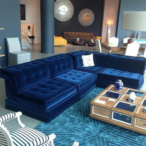 синий диван в интерьере гостиной