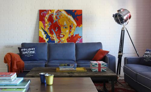 Синий диван в интерьере гостиной - фото