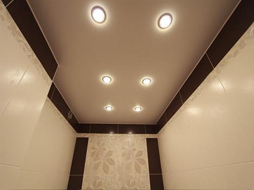 натяжной потолок в туалете в хрущевке фото
